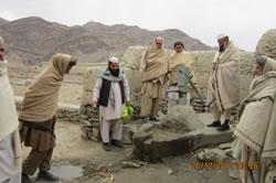 アフガニスタンの村の健康を守ろうと活動を始めた長老たち。