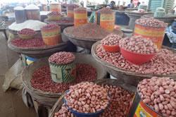 ケニア事務所に近くのマーケットの様子。ピーナッツが名産物のひとつです。