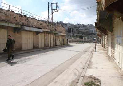 以前は商店が並び賑わっていたところが、今は閑散としている。イスラエル兵士が歩いていた。