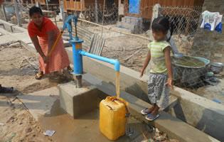 ティラワ第一期事業の移転地に用意された手動式水汲みポンプ。茶色の泥水しか出ず、利用用途も限られていた(2014年4月)