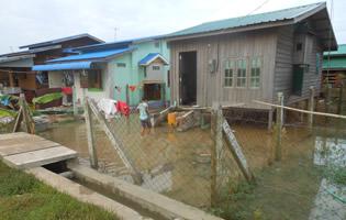 ティラワ第一期事業の移転地で大雨後に冠水した家(2014年11月)