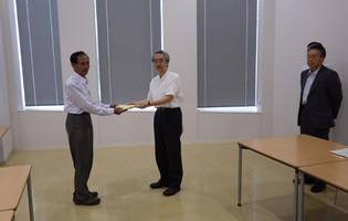 JICA本部(東京)でティラワ影響住民がJICA異議申立審査役に申立書を提出(2014年6月)