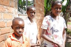 事業に参加するシングルマザーとその子どもたち