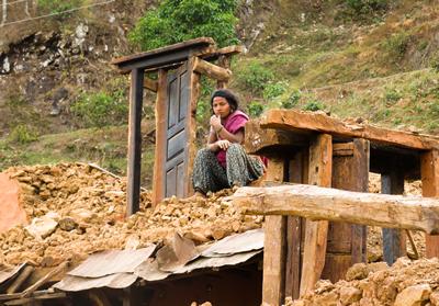 ヌワコット郡・全壊した自宅でたたずむ女性