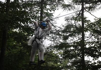 木と木の間をロープを伝って歩く。時には本当にロープ一本の上を歩きました。