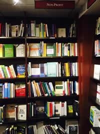 ハーバード大学の生協では、本コーナーの一角がNPO運営やファンドレイズに関する書籍で埋め尽くされています。