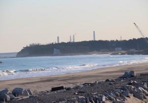 浪江町の海岸から福島第一原発が見える。