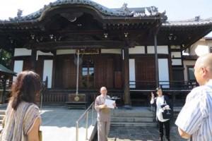 本堂の前で説明してくださった岸田ご住職と雨水市民の会の笹川さん
