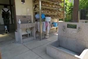右は雨水の蛇口、左手奥の蛇口は水道水。雨水で手を洗いたくない人も、水を選べる