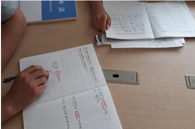 なんみんフォーラムのシェルターで日本語学習に励む難民認定申請中の家族