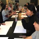アートプロジェクト(Mission Nose Out)で、互いの背景を聞かずに相手のための仮面作りに取り組む参加者たち。