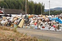 積み上げられたゴミの山