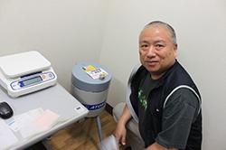 アーユスが協力した農産物の放射線量を計る機器。茂田前理事長も訪問しました。